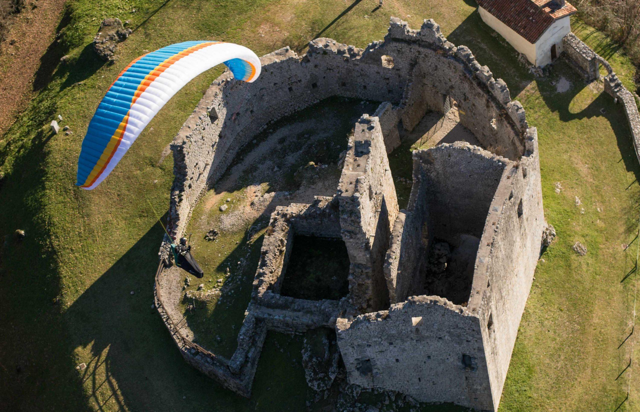 AirDesign Rise 4 ocean over a castle near Meduno, Italy